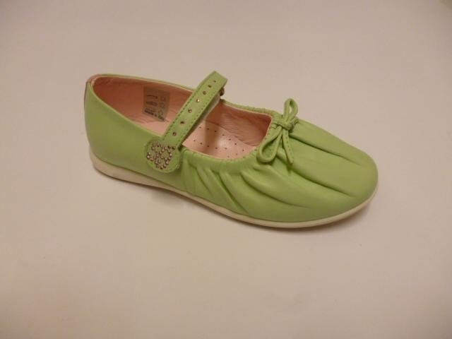 delle scarpe da bambina di color verde