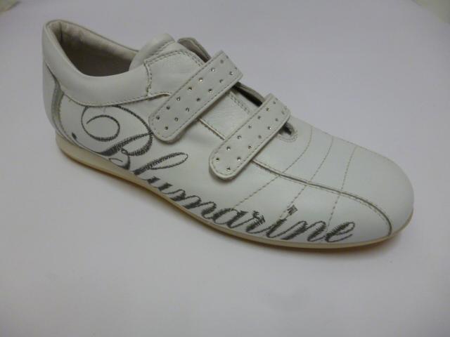 Scarpa da ginnastica bianca con la parola Blumarine ricamata en grigio