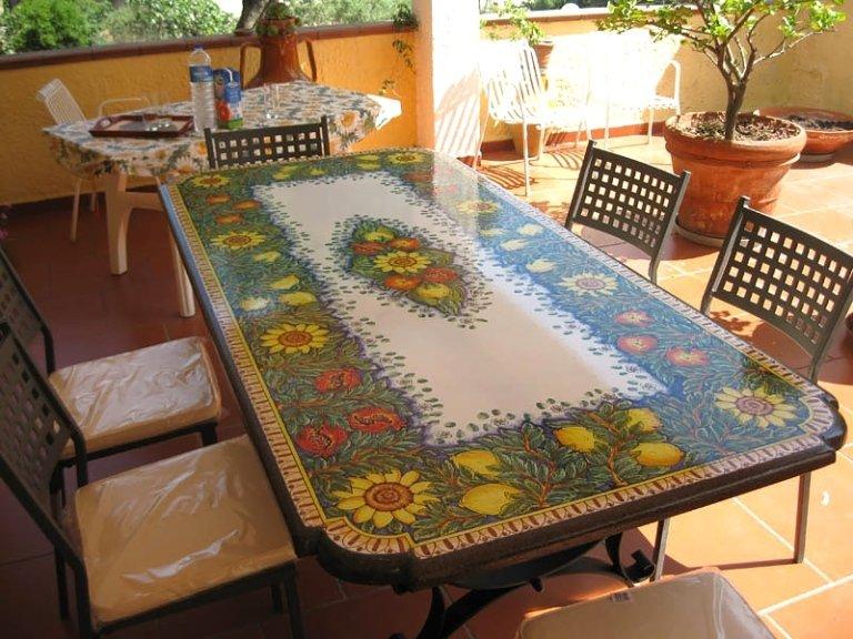 tavolo in pietra con decorazioni