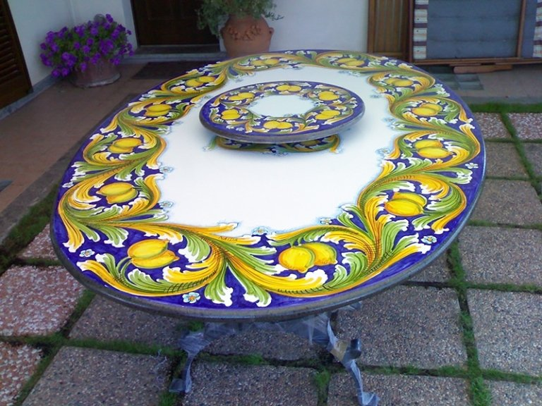tavolo con centro tavola decorato