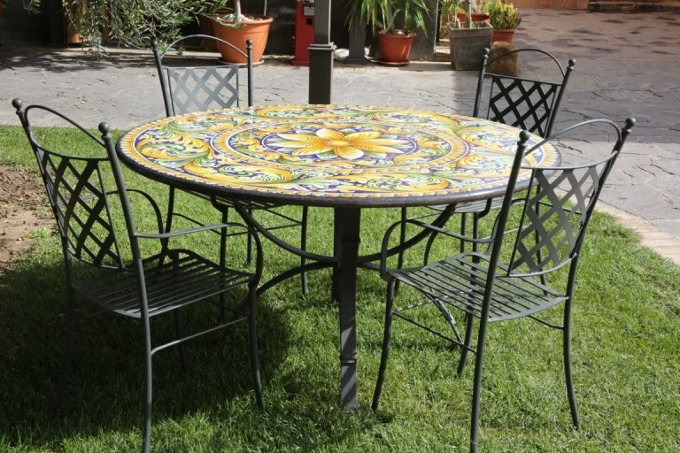 tavolo pietra lavica con sedie in ferro