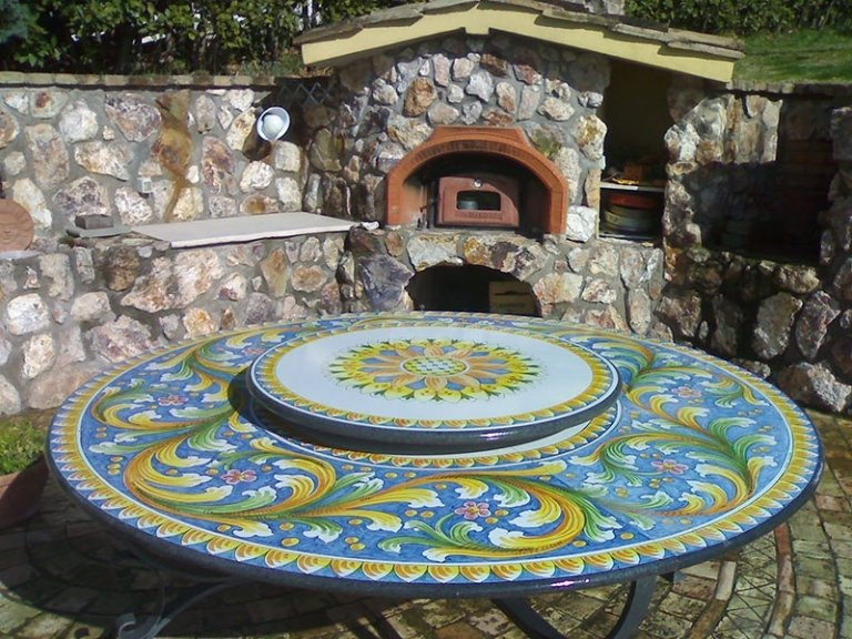 tavolo rotondo  in pietra decorato