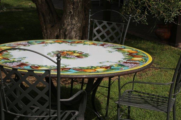 tavolo rotondo in pietra lavica con frutta
