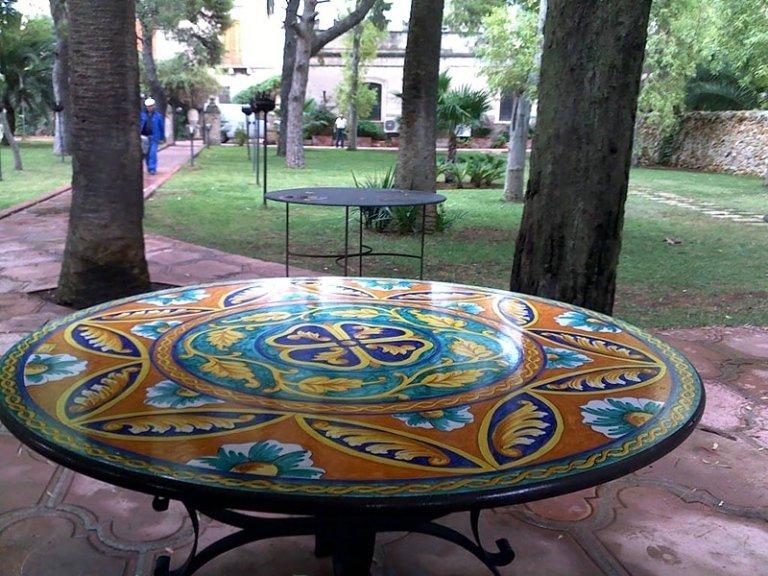 tavoli colorati in pietra