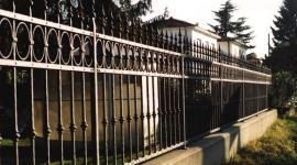 recinzioni in ferro battuto, recinzione di ferro in stile, ringhiera d'epoca rifatta