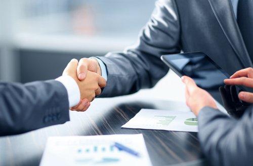 incontro professionale con clienti, stretta di mano