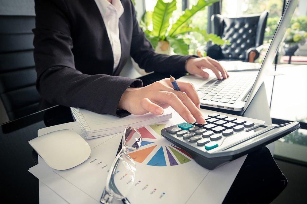 commercialista al lavoro con computer e calcolatrice