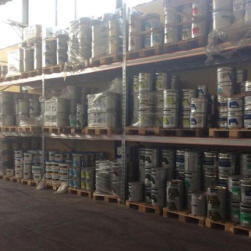 pallet in magazzino con barattoli di vernice