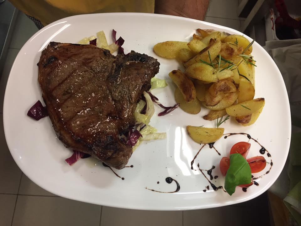 una bistecca ai ferri e patate saltate