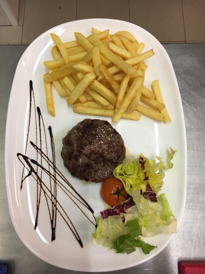 un hamburger e delle patatine fritte