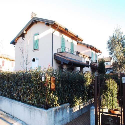 casa bifamigliare con giardino privato