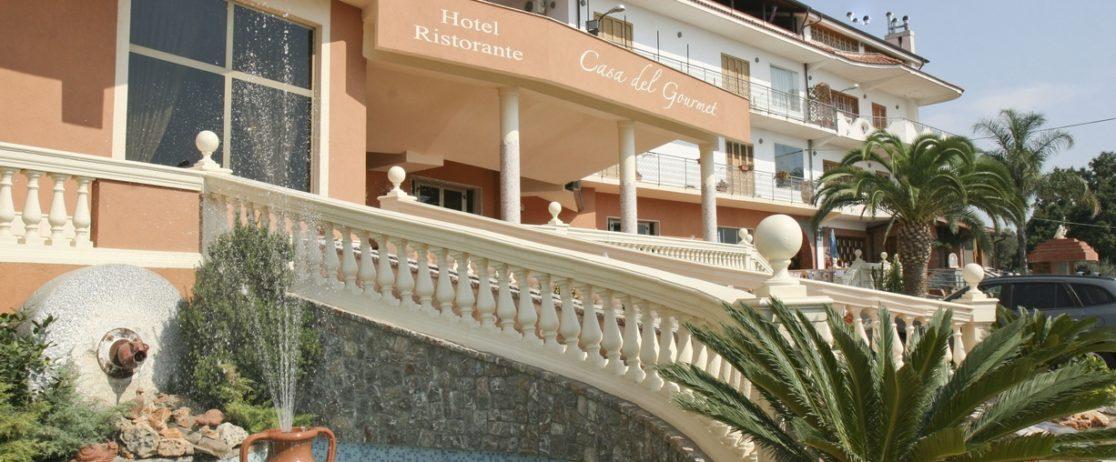 vista esterna dell'ingresso dell'albergo