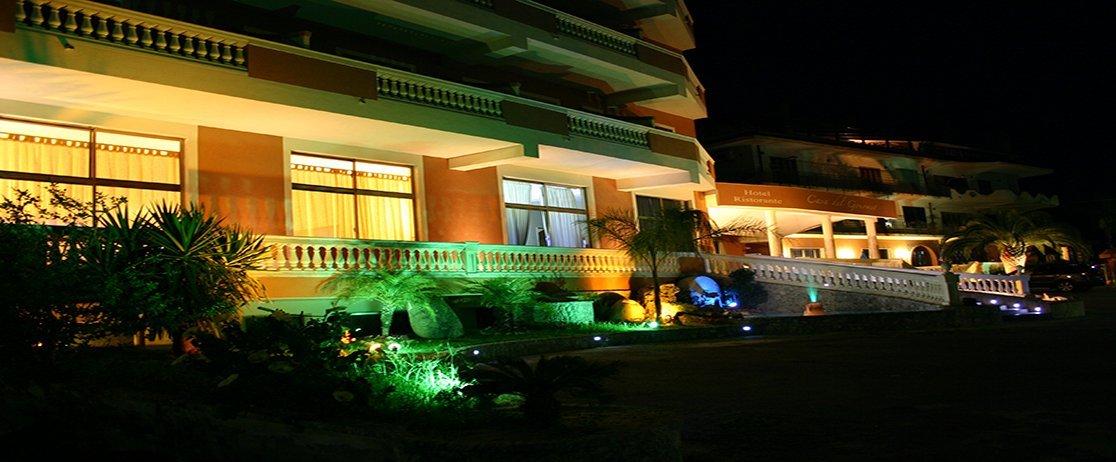 vista notturna dell'albergo