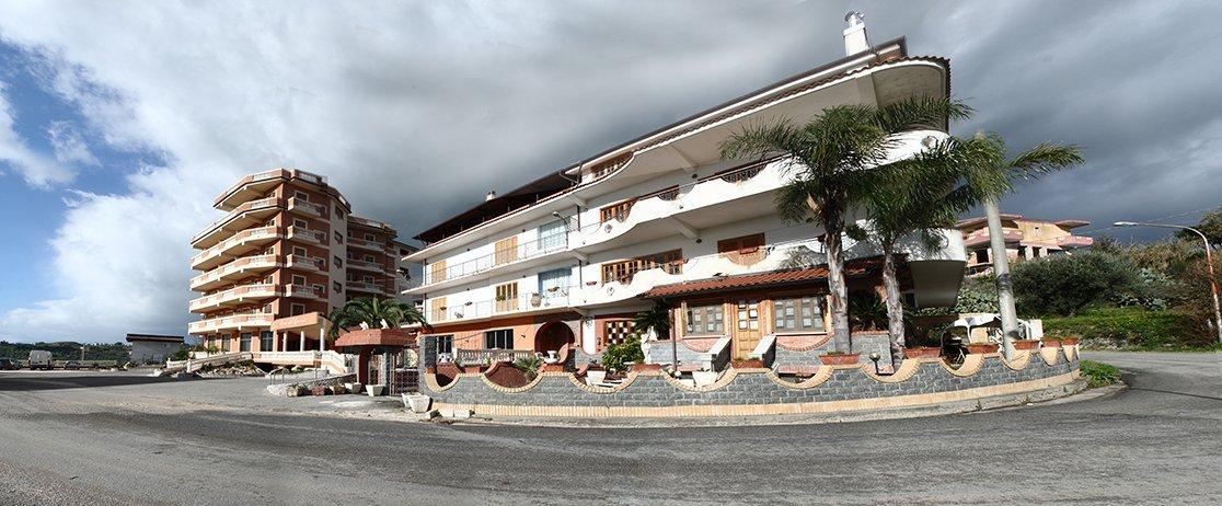 vista esterna del ristorante e albergo