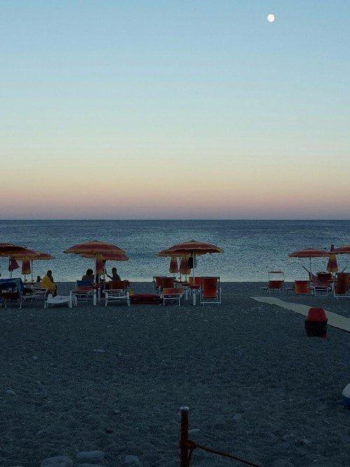 spiaggia privata con lettini al tramonto