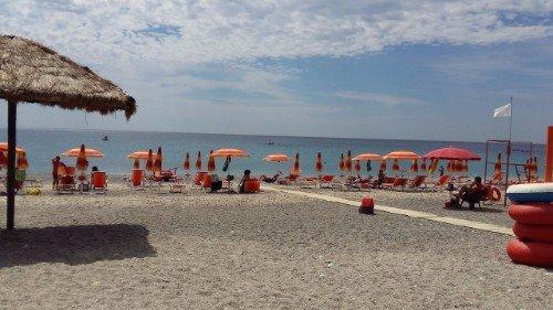 spiaggia privata con lettini e ombrelloni