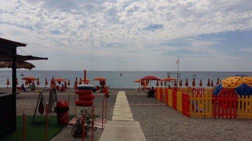 spiaggia privata con lettini