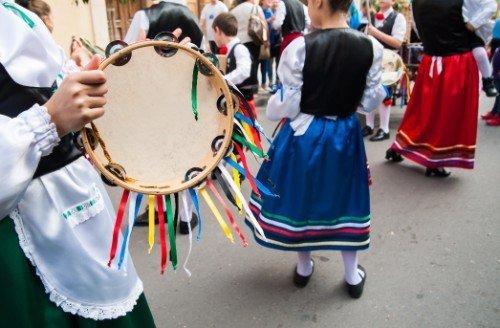 giovani donne in abiti tradizionali durante una manifestazione