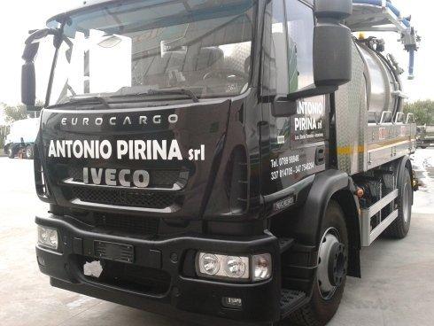 un camion degli spurghi nero Iveco