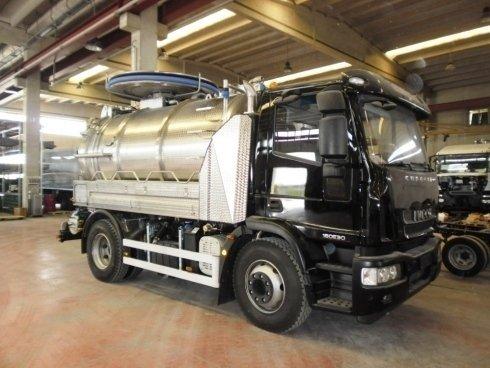 un camion degli spurghi nero
