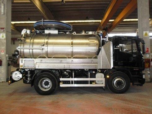 un camion degli spurghi nero visto di lato