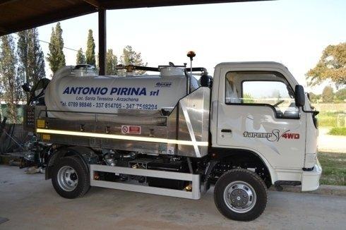 un camion degli spurghi bianco Antonio Pirina