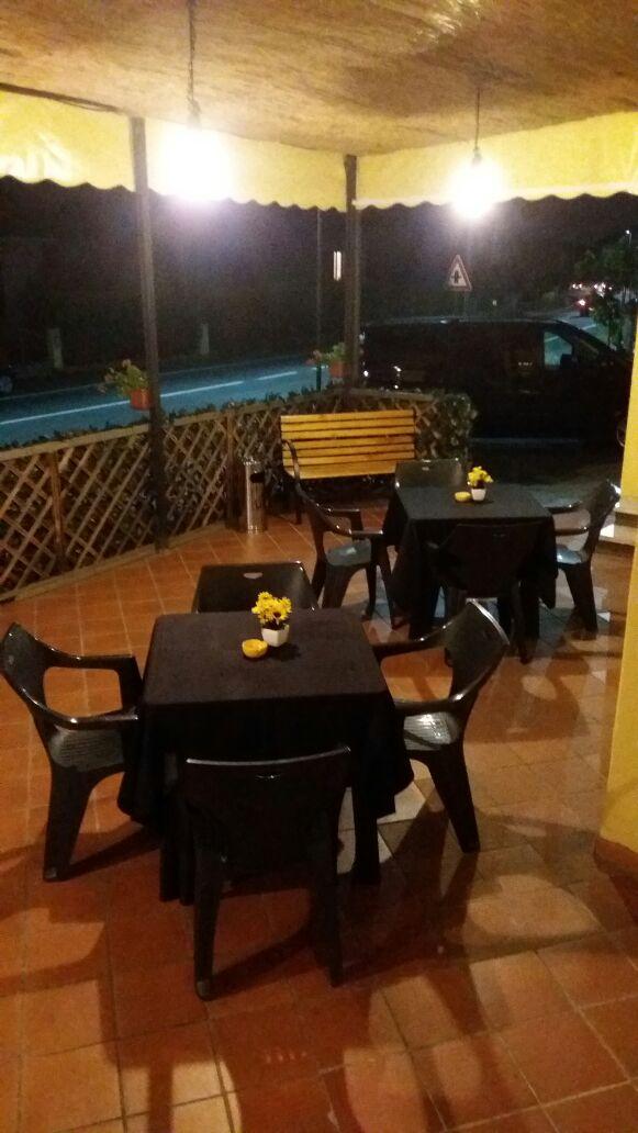 tavoli disposti nel dehor del giardino esterno