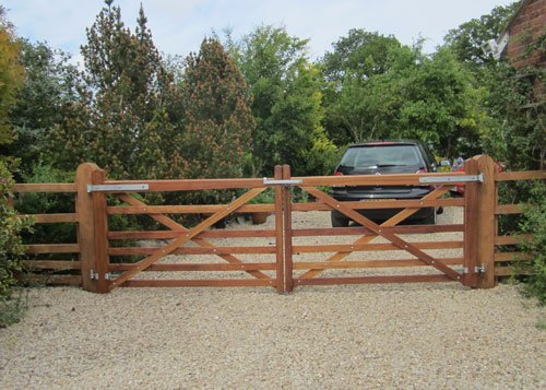 Customised fencing installations