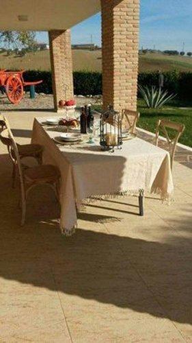 tavolo apparecchiato sotto un gazebo