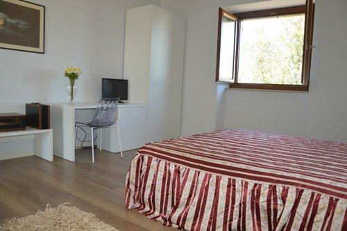 camera con letto singolo frontale alla televisione