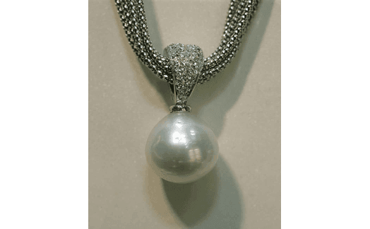 dettaglio collier con perla