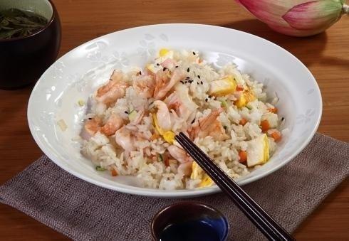 piatto con riso, gamberetti e uova