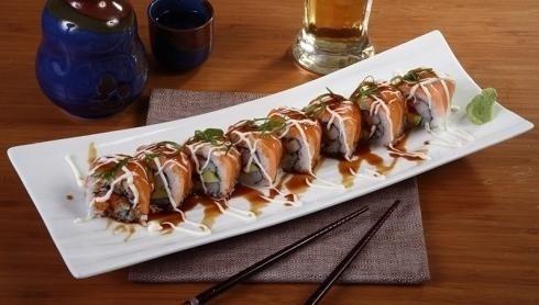 sushi disposto su un piatto lungo