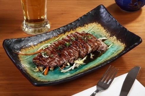 piatto verde e nero con carne
