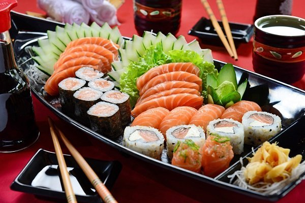 sushi e sashimi su barca