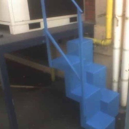 scaletta blu in ferro