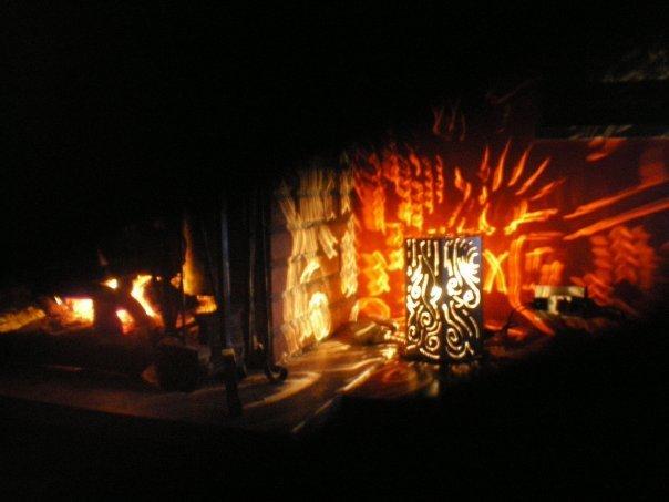 lampada in ferro e caminetto
