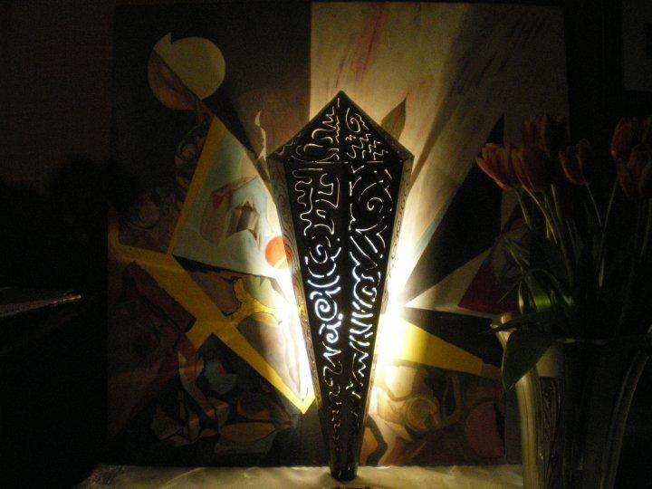 lampada da parete in ferro accesa