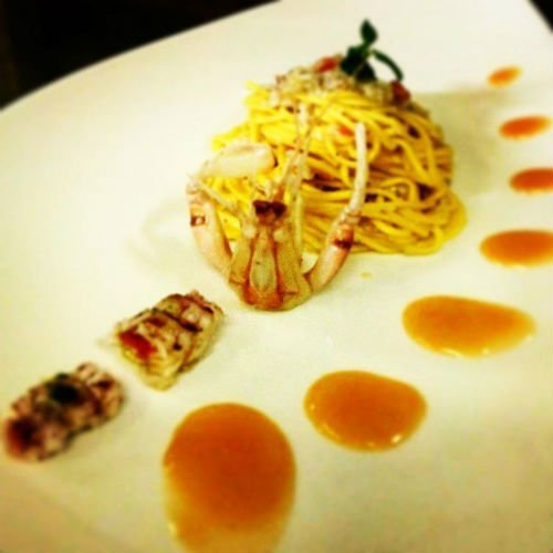 Un tortino di pasta con pesce e decorazioni nel piatto