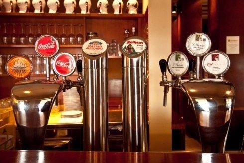 vista dei rubinetti di Coca Cola e della birra in un ristorante