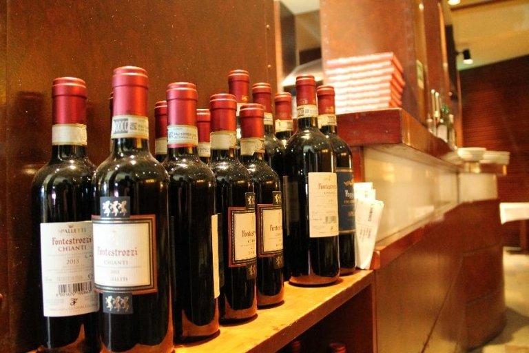 delle bottiglie di vino rosso