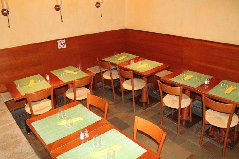 foto dall'alto dei tavoli apparecchiati con delle tovagliette verdi