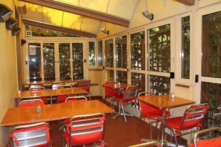 dei tavoli all'esterno del ristorante in una veranda