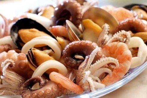 un piatto di pesce fresco misto
