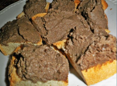 delle fette di pane con un patè spalmato sopra