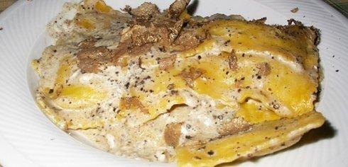 un piatto di ravioli al tartufo nero