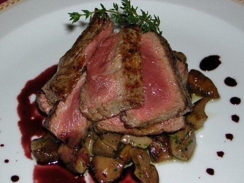 Un piatto di roast beef al sangue e funghi