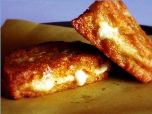 Delle crocchette di patate con dentro il formaggio