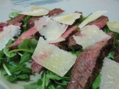 Del roast beef, foglie di rucola e grana