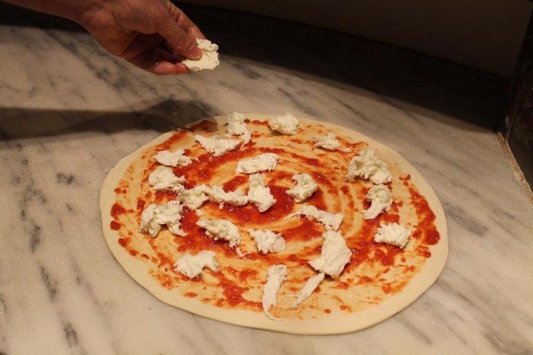 Una pizza con sugo e mozzarella